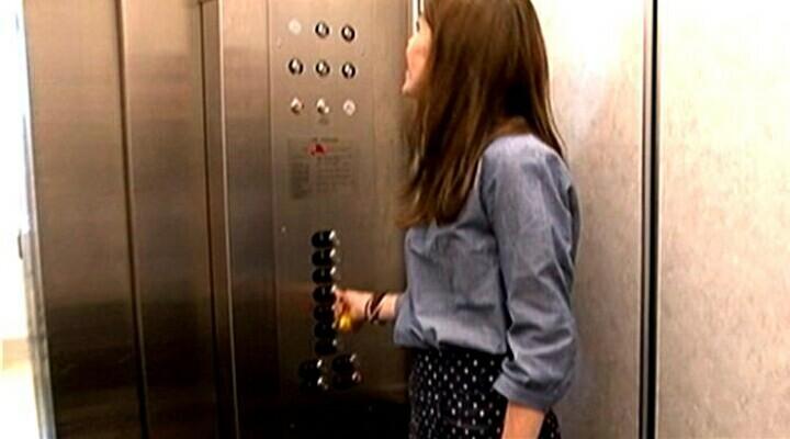 Terjerat dalam lift…. Apa nak buat?